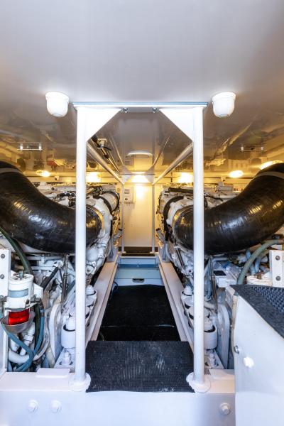 2004 65 Viking Flybridge   Engine Room (4)