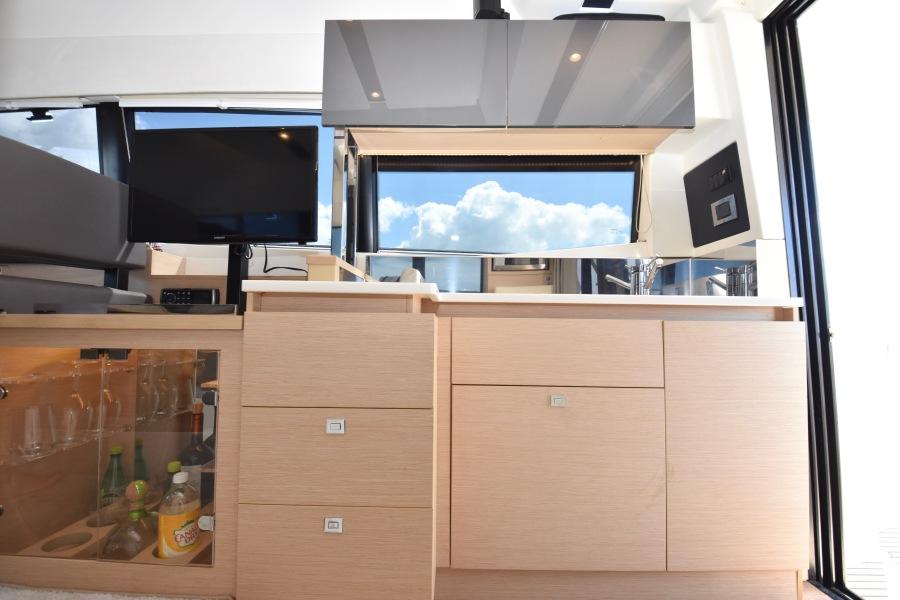 2017 Prestige 420 Flybridge - Sistership Galley