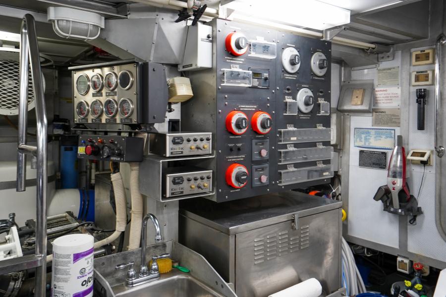 2011 85 Burger   Engine Room (4)