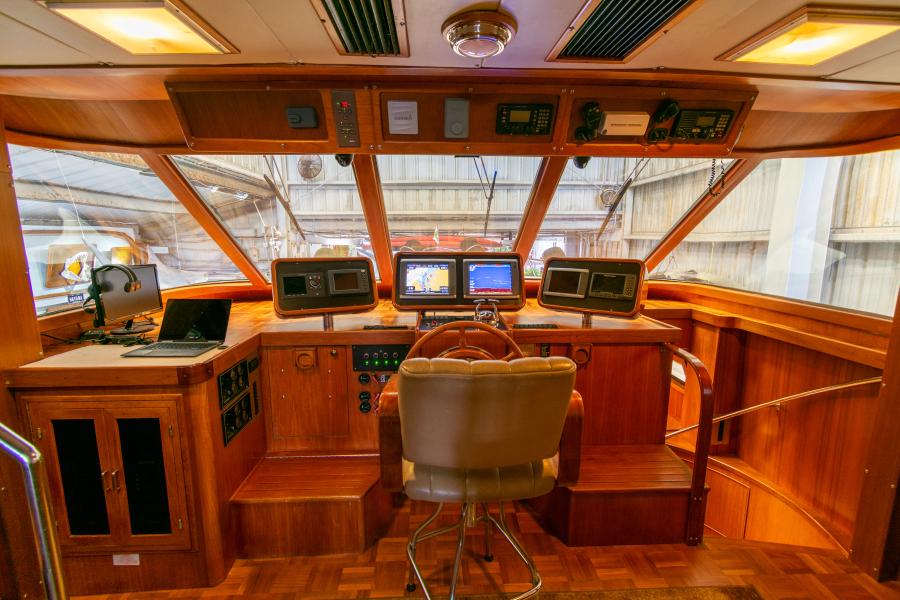 Jefferson 65 Motor Yacht 1989 Moon Palace Helm