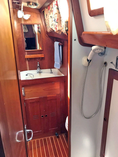 Aft Guest Head and Shower