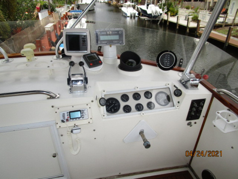 42' Grand Banks flybridge helm1