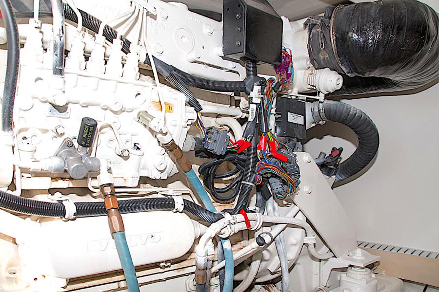 2001 39 Bertram 390 Convertible Salt Shaker Stbd Engine