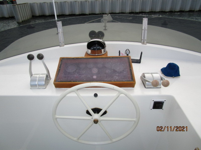 49' DeFever flybridge helm