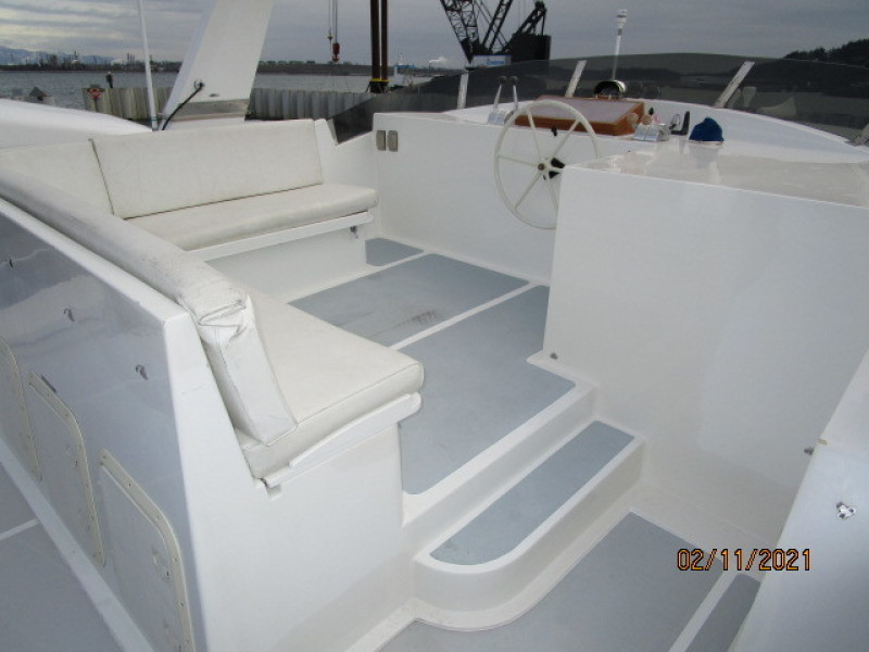 49' DeFever flybridge forward2