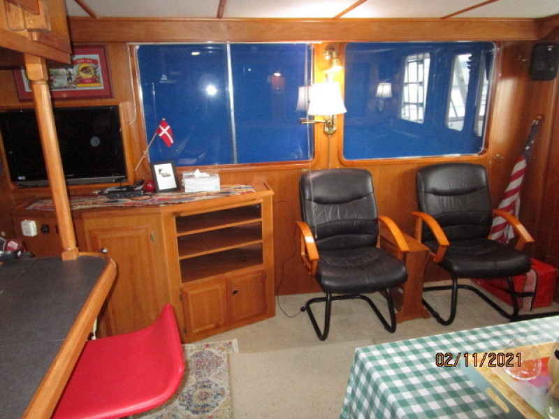 49' DeFever salon starboard