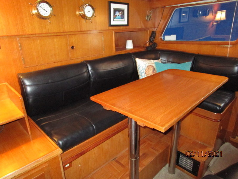 49' DeFever pilothouse seating