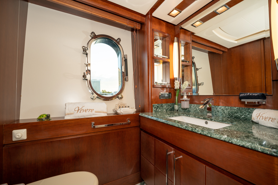 Queen Guest Stateroom Bath (Stbd side)