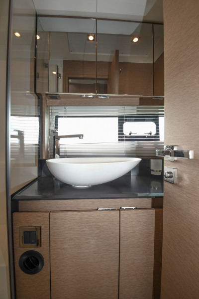2018 46 Prestige S - Master Stateroom Vanity