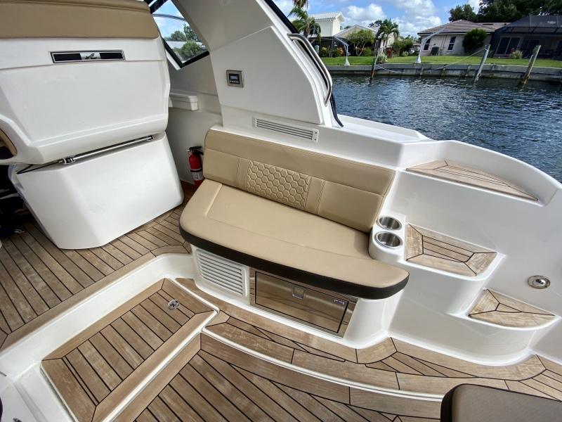 2018 Sea Ray 350 Coupe - Magnolia - Cockpit Seating