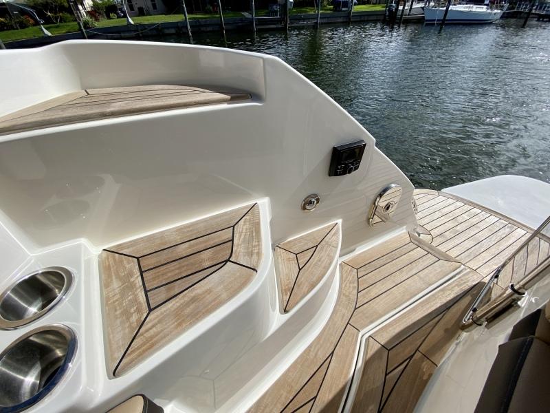 2018 Sea Ray 350 Coupe - Magnolia - Cockpit Entryway