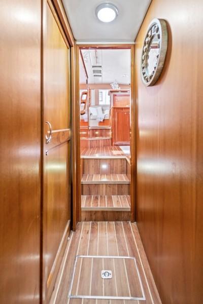 2001 Riviera 43 CNV - Hallway