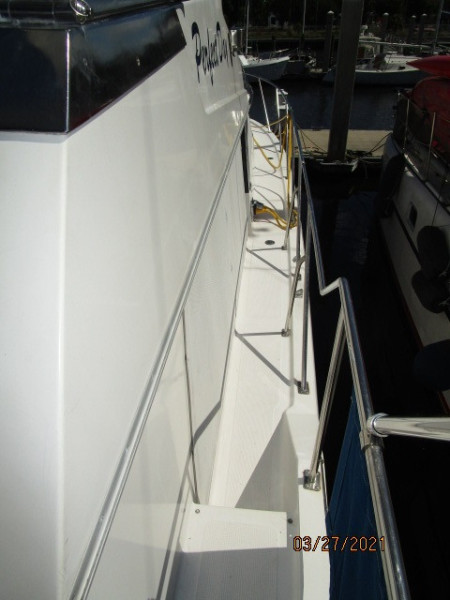 39' Ocean Alexander starboard side deck2
