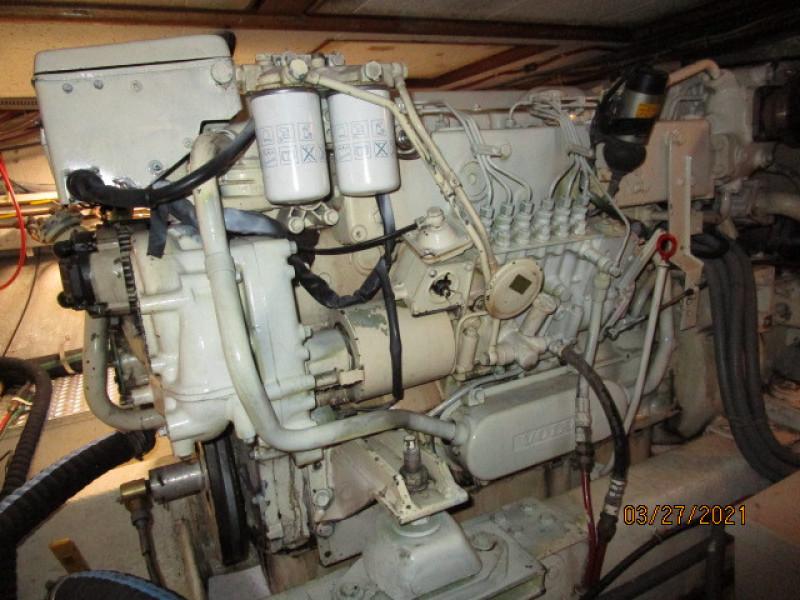 39' Ocean Alexander starboard main engine1