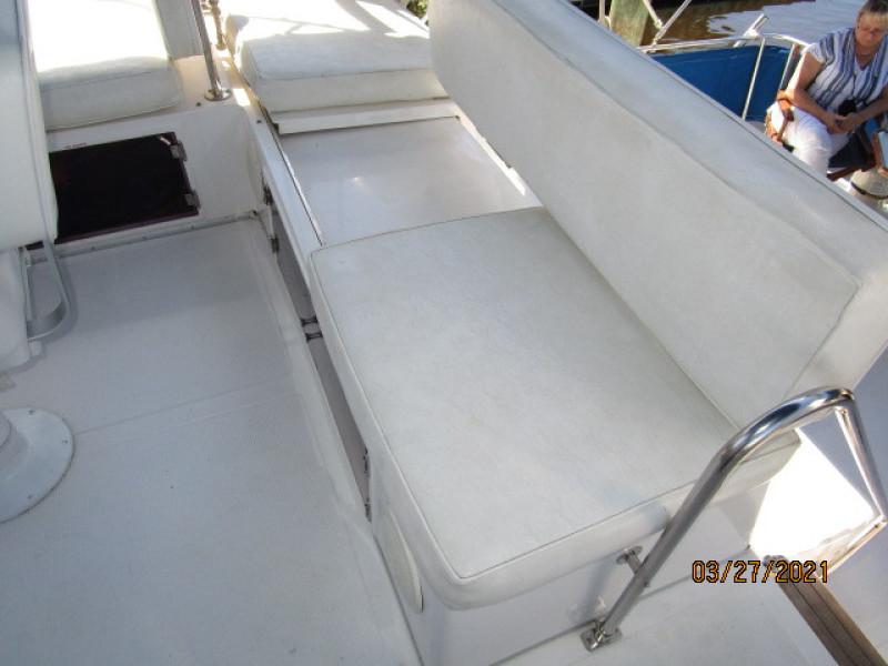 39' Ocean Alexander flybridge aft benchseat