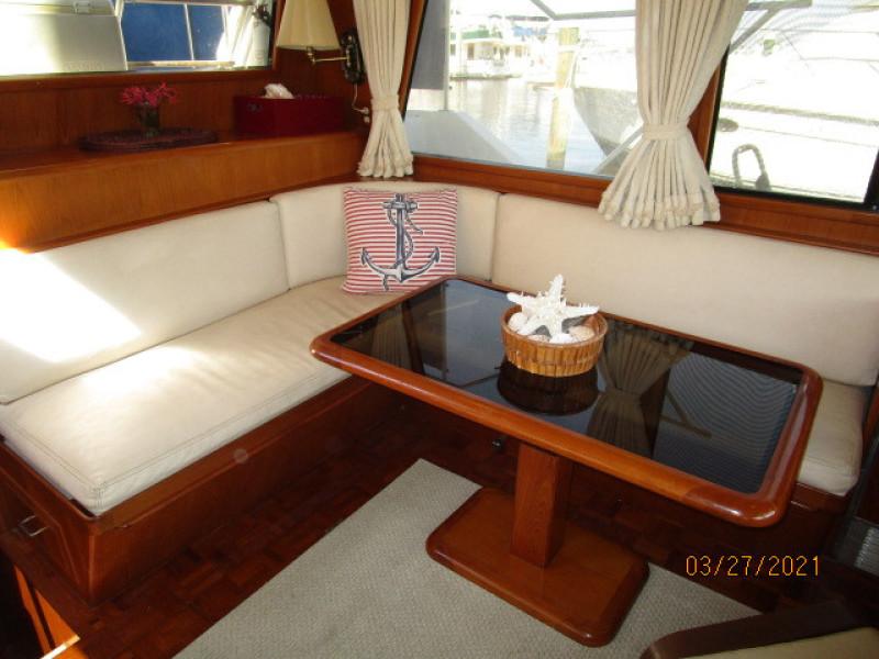 39' Ocean Alexander salon port seating