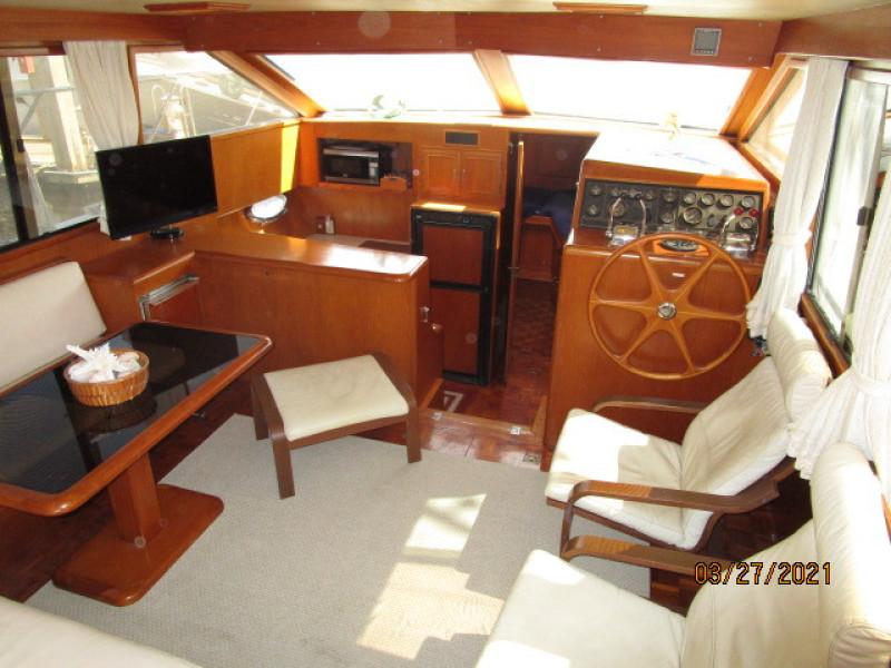 39' Ocean Alexander salon forward