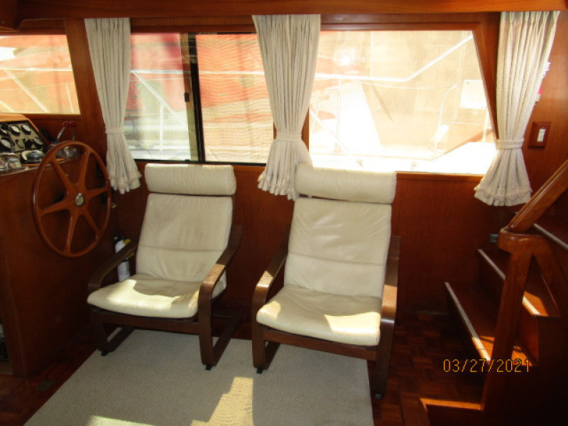39' Ocean Alexander salon starboard
