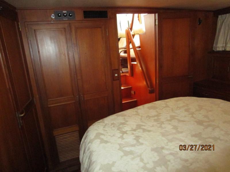 39' Ocean Alexander master stateroom forward