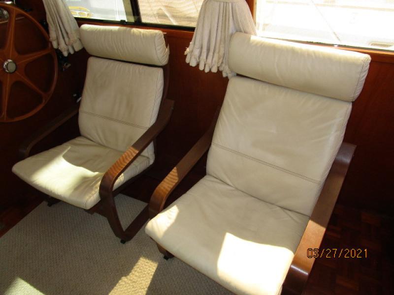 39' Ocean Alexander salon starboard seating