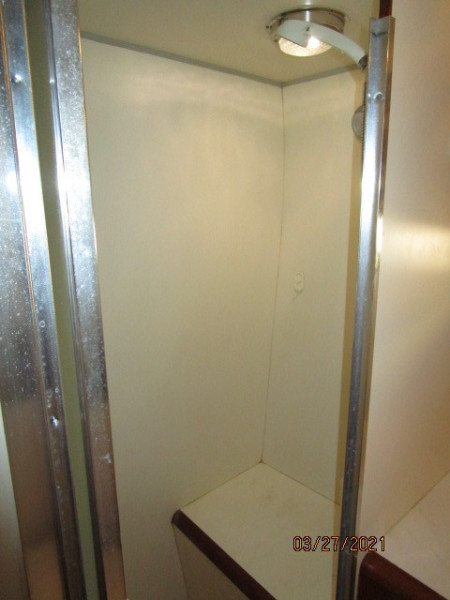 39' Ocean Alexander master stateroom shower