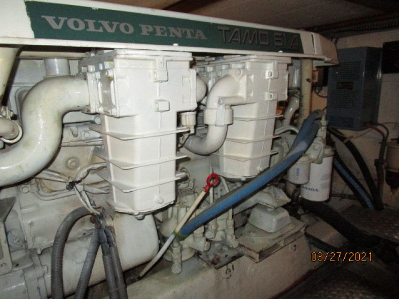39' Ocean Alexander port main engine2