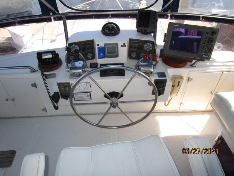 39' Ocean Alexander flybridge helm