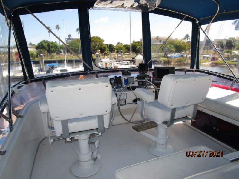39' Ocean Alexander flybridge forward