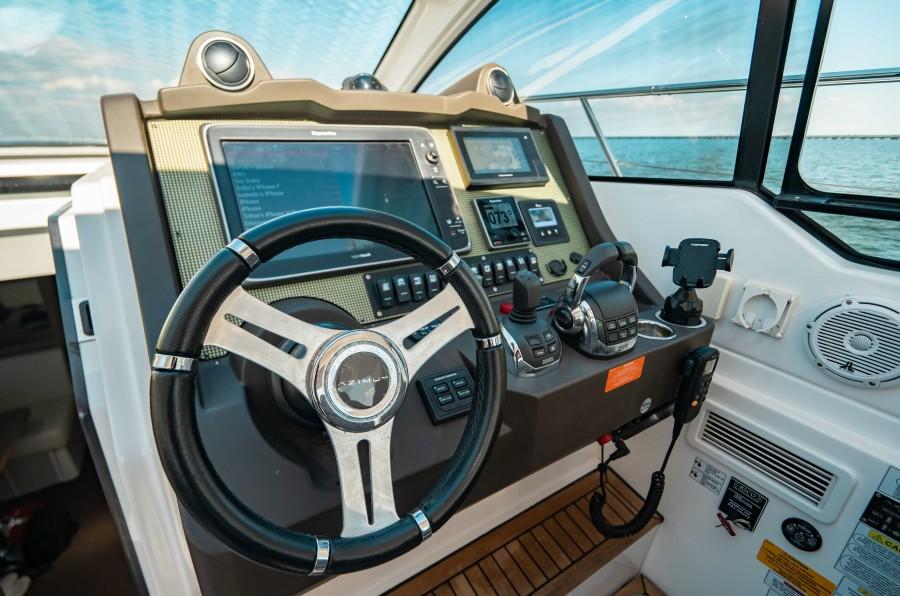 2018 43 Azimut Atlantis - We Got This - Helm
