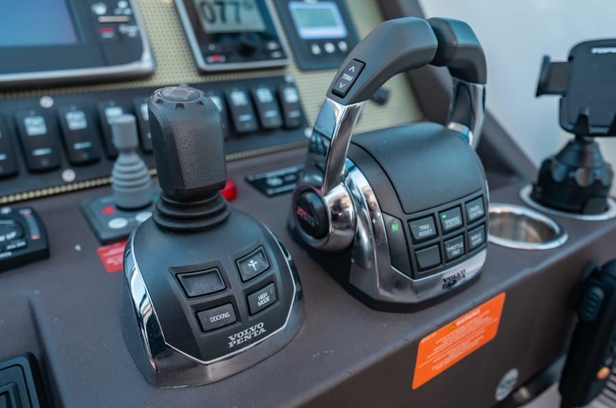 2018 43 Azimut Atlantis - We Got This - Helm Controls