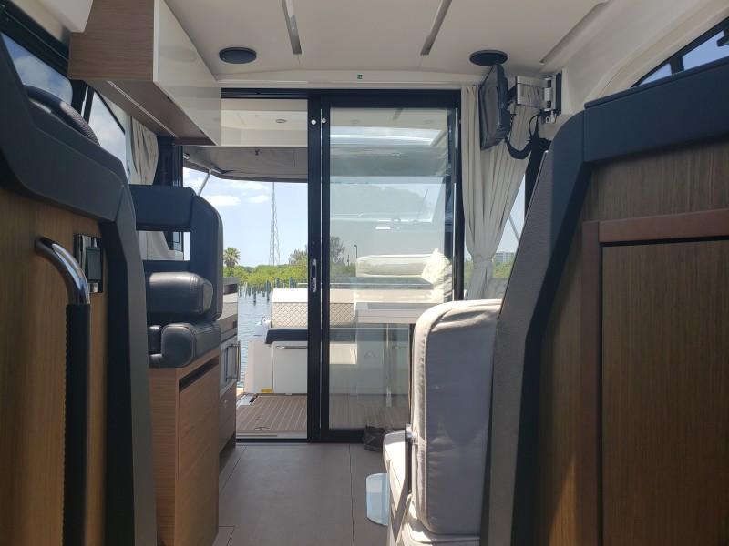 2019 33 Jeanneau Express - Salon