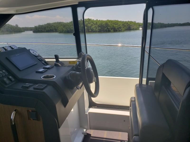 2019 33 Jeanneau Express - Helm