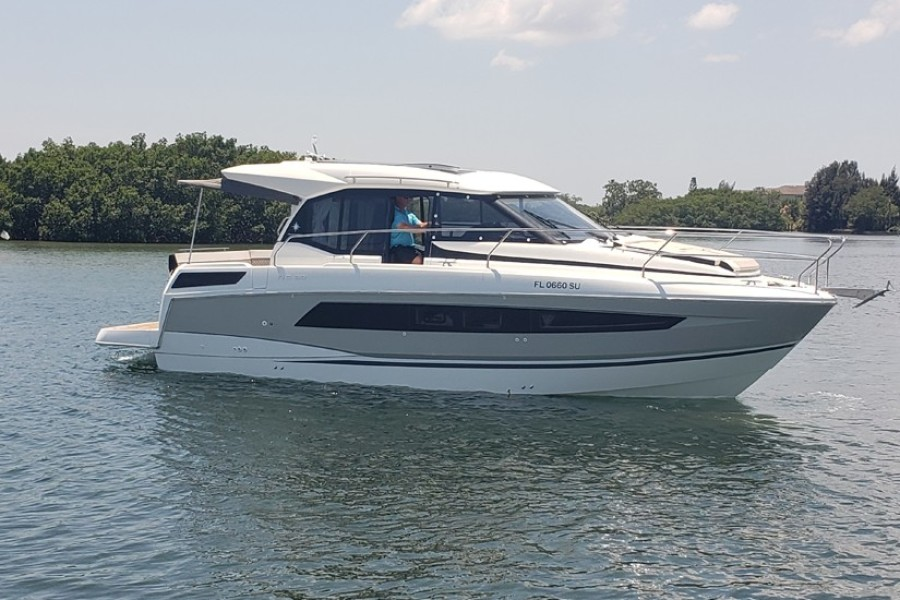 2019 33 Jeanneau Express - Profile