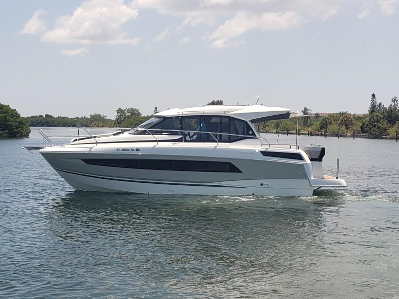 2019 33 Jeanneau Express - Port Profile