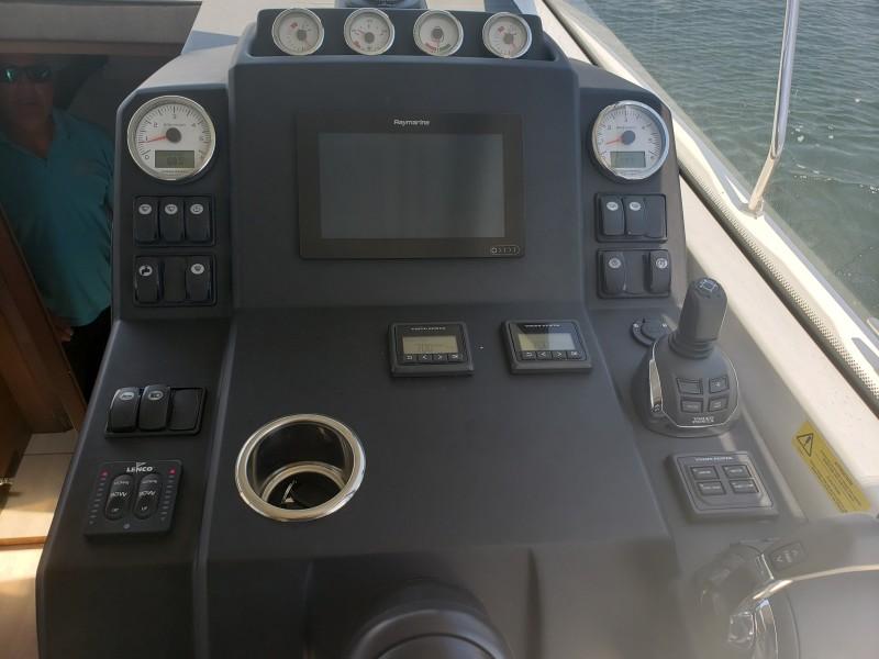 2019 33 Jeanneau Express - Electronics