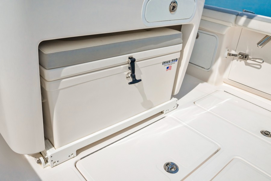 2019 33 Mag Bay Center Console - Aft Cooler