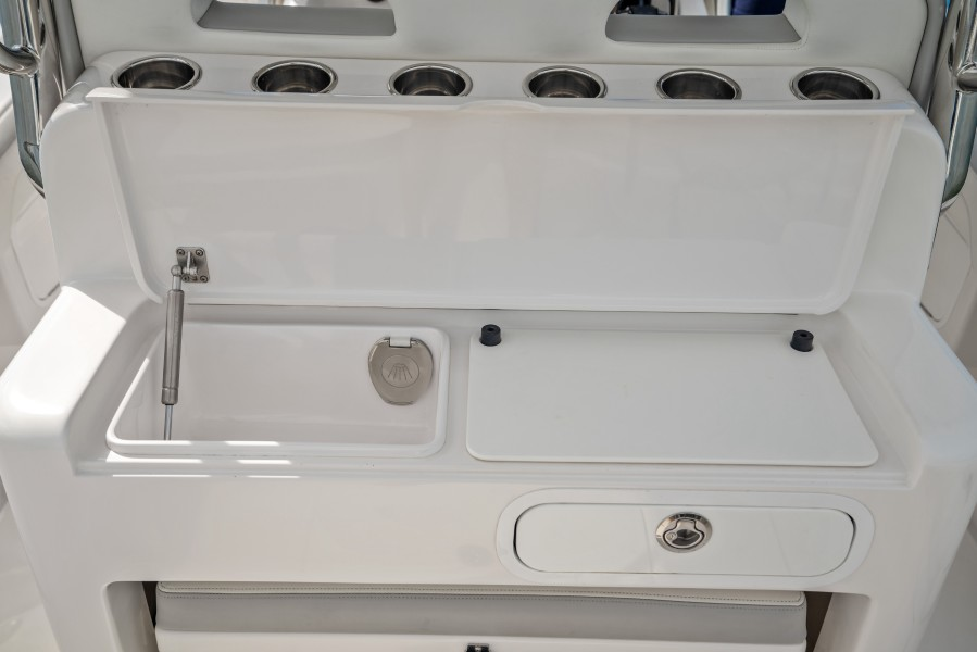 2019 33 Mag Bay Center Console - Aft Bait Station