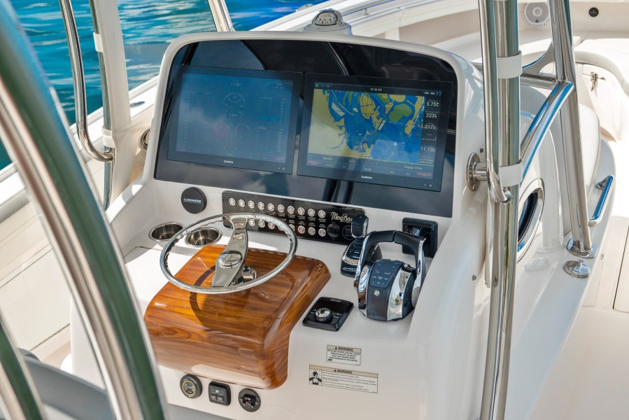 2019 33 Mag Bay Center Console - Helm
