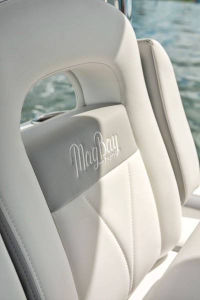 2019 33 Mag Bay Center Console - Helm Seat