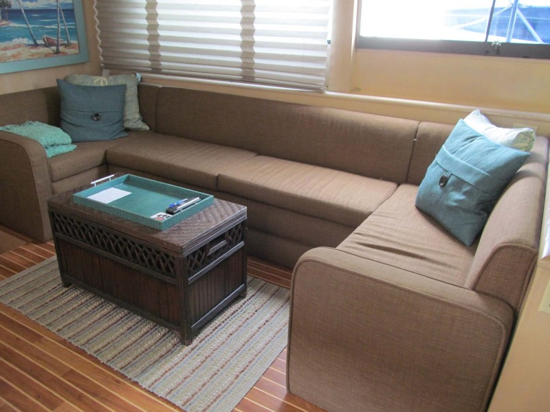 Salon Settee and Table