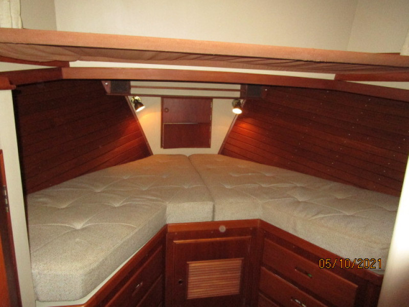 49' Grand Banks forward guest stateroom
