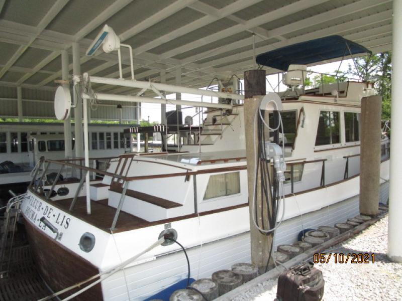 49' Grand Banks starboard aft profile