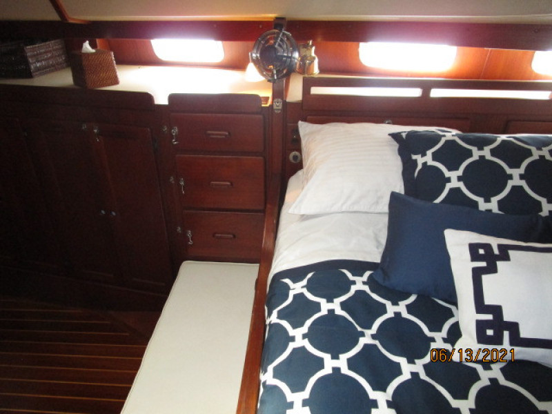 51' Morgan master stateroom starboard