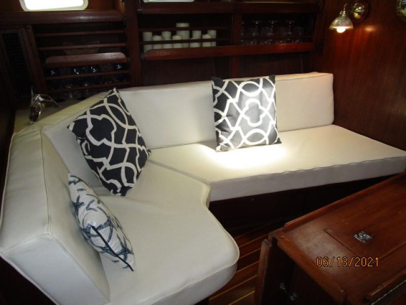 51' Morgan salon port seating