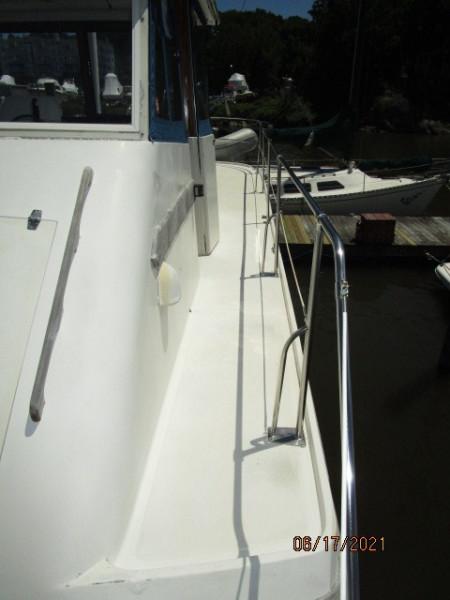 36' Kadey-Krogen flybridge port side deck