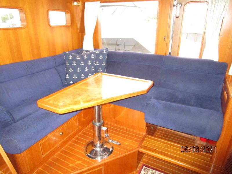 45' Symbol pilothouse seating