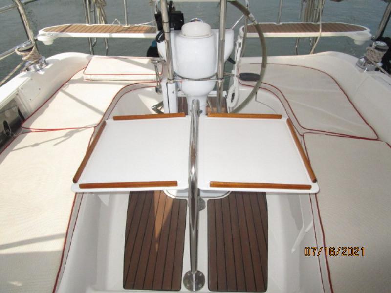 38' Marlow-Hunter cockpit table2