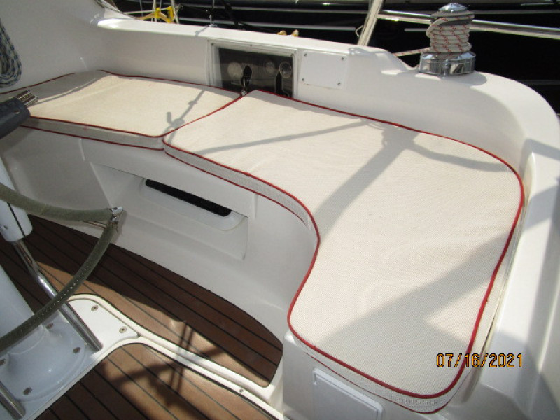 38' Marlow-Hunter cockpit starboard seating