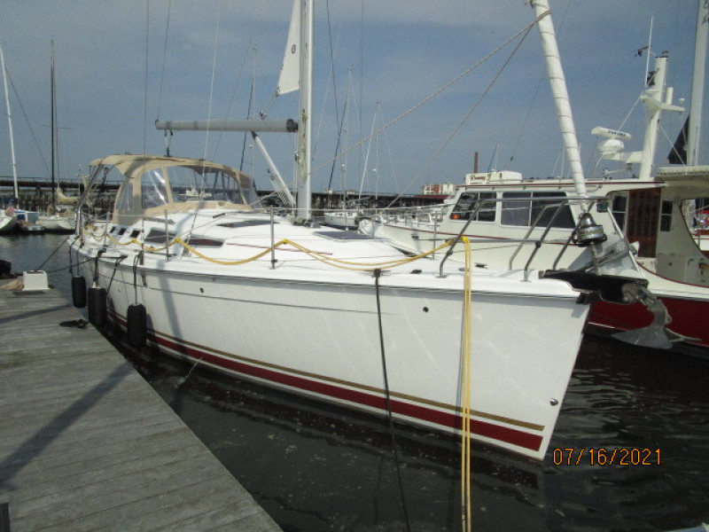 38' Marlow-Hunter starboard forward profile