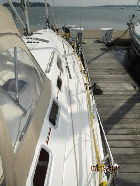 38' Marlow-Hunter starboard side deck2